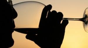 1.-Disfrutando-de-una-copa-de-vino-al-atardecer.-Autor-Jenny-downing-470x260